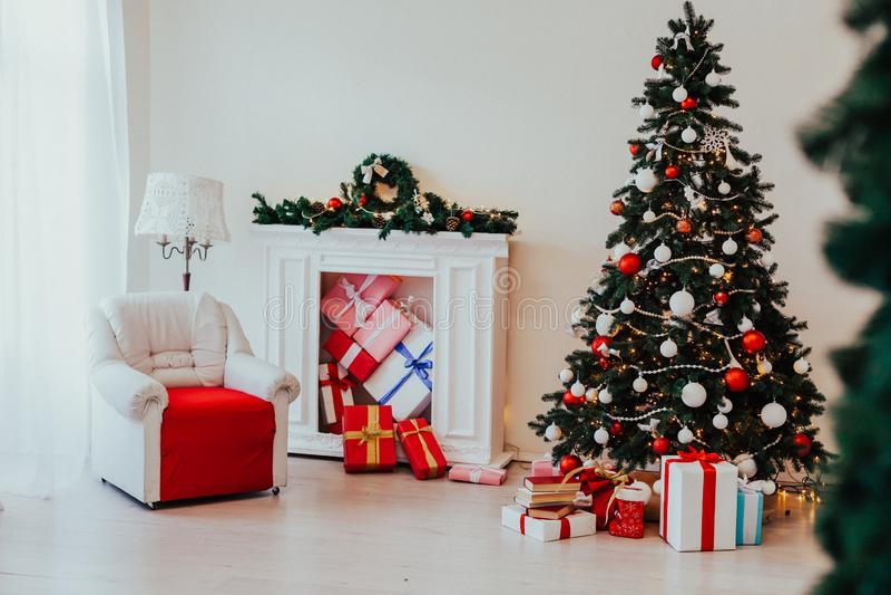 Χριστουγέννων οικογενειακές διακοπές έτους διακοπών νέες που διακοσμούν το δέντρο στοκ φωτογραφίες με δικαίωμα ελεύθερης χρήσης