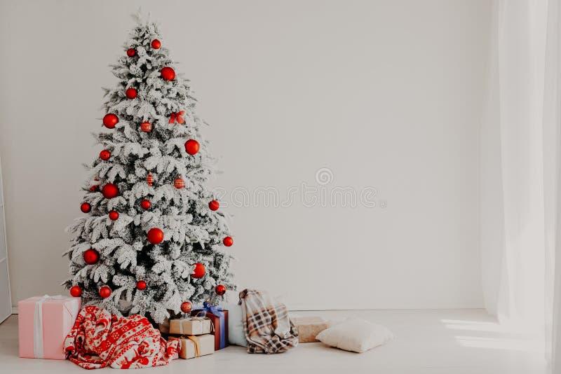 Χριστουγέννων οικογενειακές διακοπές έτους διακοπών νέες που διακοσμούν το δέντρο στοκ εικόνα