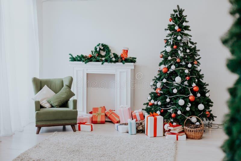 Χριστουγέννων οικογενειακές διακοπές έτους διακοπών νέες που διακοσμούν το δέντρο στοκ φωτογραφία