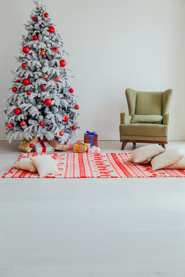 Χριστουγέννων οικογενειακές διακοπές έτους διακοπών νέες που διακοσμούν το δέντρο στοκ εικόνες