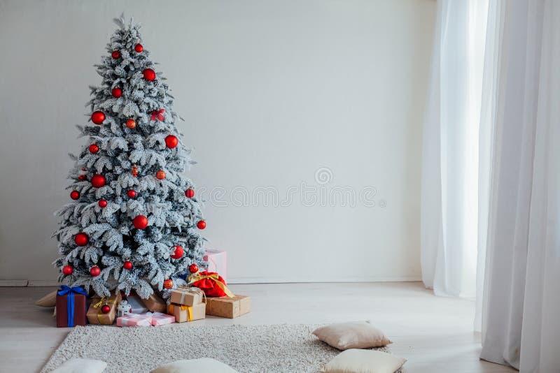 Χριστουγέννων οικογενειακές διακοπές έτους διακοπών νέες που διακοσμούν το δέντρο στοκ φωτογραφία με δικαίωμα ελεύθερης χρήσης