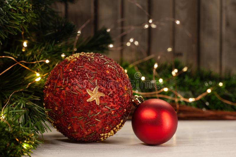 Χριστουγέννων παιχνιδιών σφαίρα που διακοσμείται κόκκινη με τις χάντρες στοκ εικόνες
