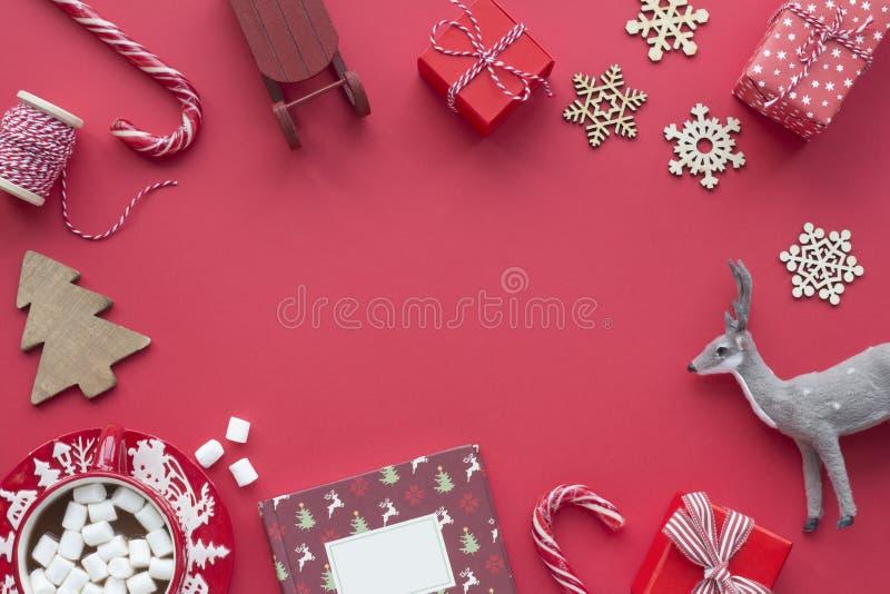 Χριστουγεννιάτικα αντικείμενα σε κόκκινο φόντο Χριστουγεννιάτικη κόκκινη κάρτα στοκ εικόνα με δικαίωμα ελεύθερης χρήσης
