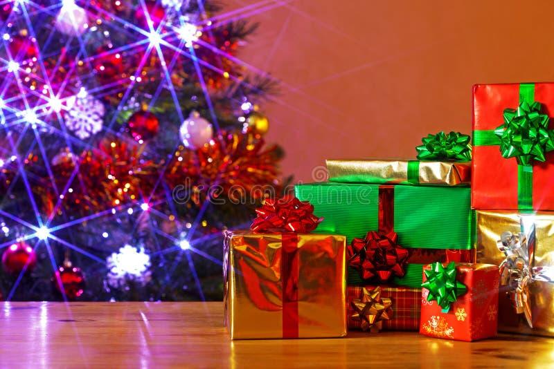 Χριστουγεννιάτικα δώρα σε έναν πίνακα στοκ εικόνες με δικαίωμα ελεύθερης χρήσης