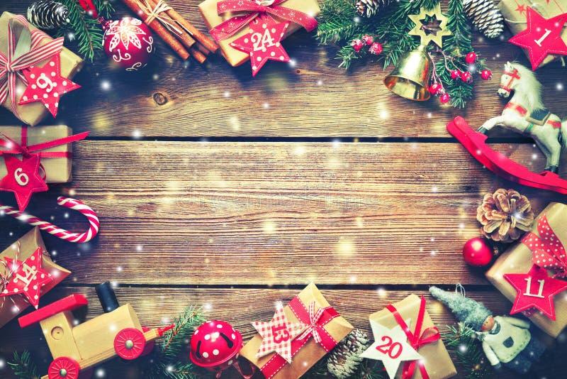 Χριστουγεννιάτικα δώρα στην ξύλινη ανασκόπηση στοκ φωτογραφία με δικαίωμα ελεύθερης χρήσης