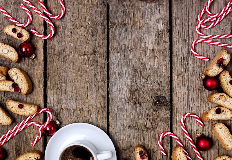 Χριστουγεννιάτικα μπισκότα Cantuccini ή Biscotti Cup από Εσπρέσο Ζαχαροκάλαμο και χριστουγεννιάτικη διακόσμηση στο Ξύλινο Φόντο Χ στοκ φωτογραφία με δικαίωμα ελεύθερης χρήσης
