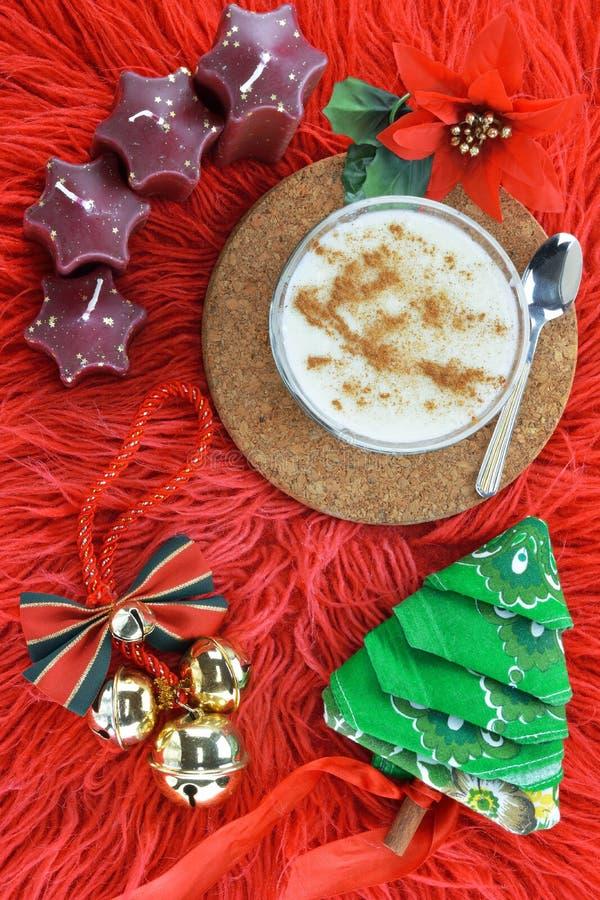 Χριστουγεννιάτικα στολίδια και πουτίγκα ρυζιού στοκ φωτογραφίες με δικαίωμα ελεύθερης χρήσης