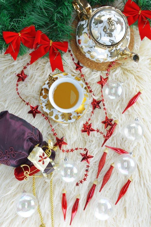 Χριστουγεννιάτικα στολίδια, σακίδιο του Άγιου Βασίλη, τσάι και τσαγιέρα στοκ εικόνες με δικαίωμα ελεύθερης χρήσης