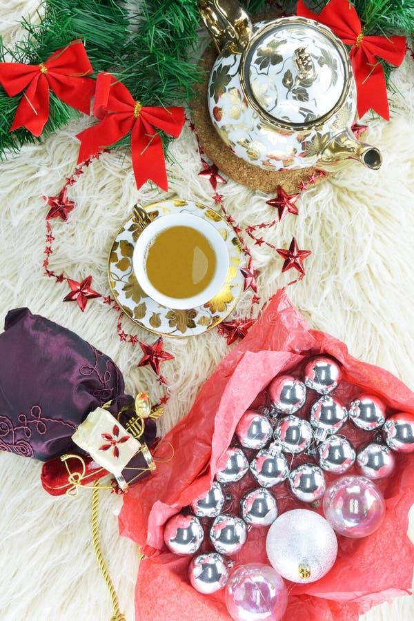 Χριστουγεννιάτικα στολίδια, τσάι και τσαγιέρα στοκ εικόνες