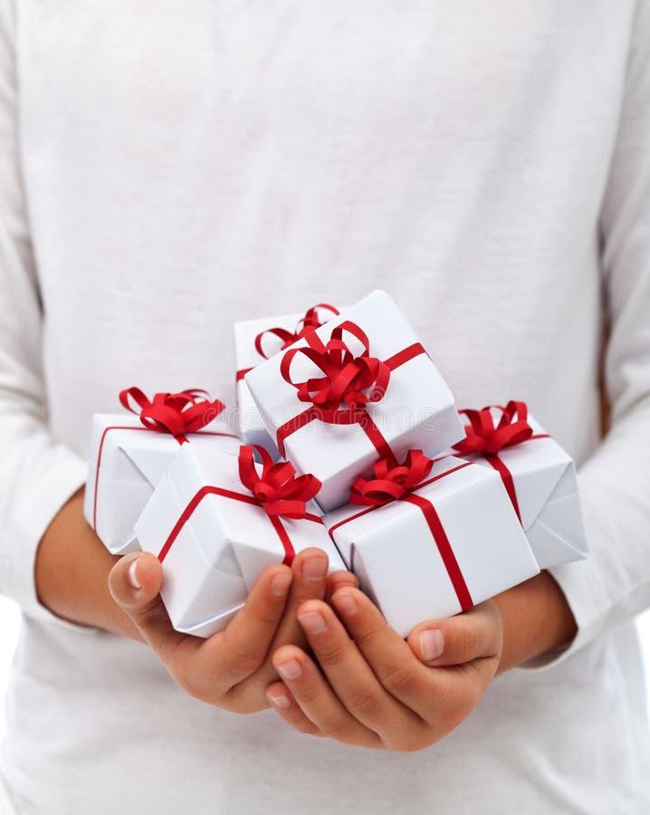 Χριστουγεννιάτικα δώρα στα χέρια παιδιών στοκ φωτογραφία με δικαίωμα ελεύθερης χρήσης