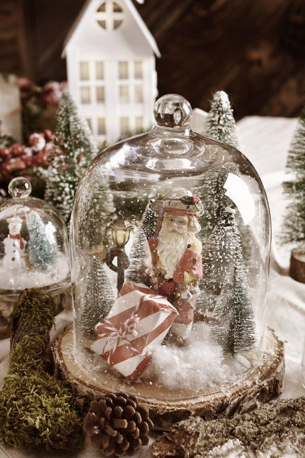 Χριστουγεννιάτικη διακόσμηση με τη χειμερινή σκηνή και τον Άγιο Βασίλη μέσα σε γυάλινο θόλο στοκ φωτογραφία με δικαίωμα ελεύθερης χρήσης