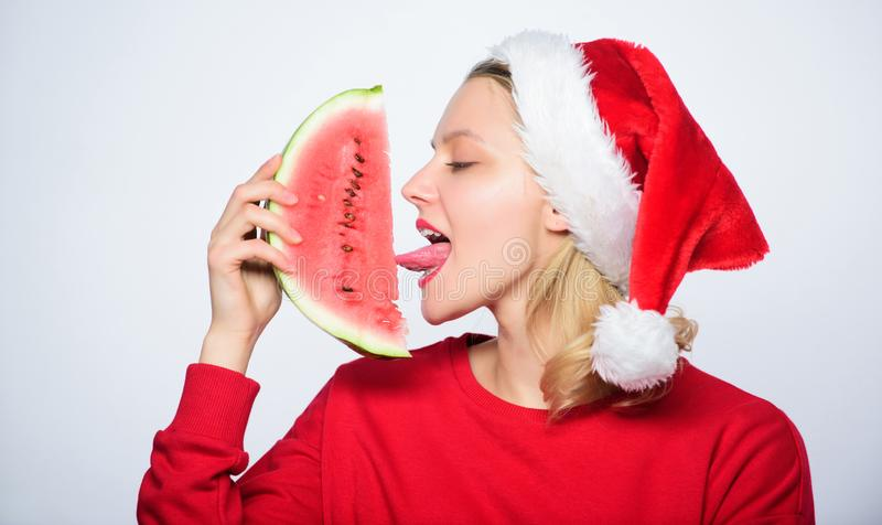 Χριστουγεννιάτικοι προορισμοί Χριστουγεννιάτικη κοπέλα τρώει καρπούζι Παρατεταμένο καλοκαίρι Ταξίδι Χριστούγεννα διακοπές και δια στοκ φωτογραφίες