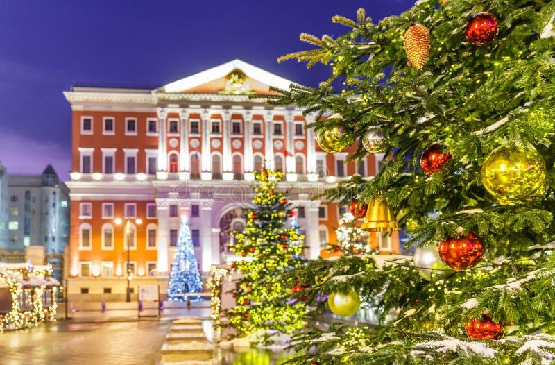 Χριστουγεννιάτικο δέντρο και αρχιτεκτονική της Μόσχας στοκ εικόνα με δικαίωμα ελεύθερης χρήσης