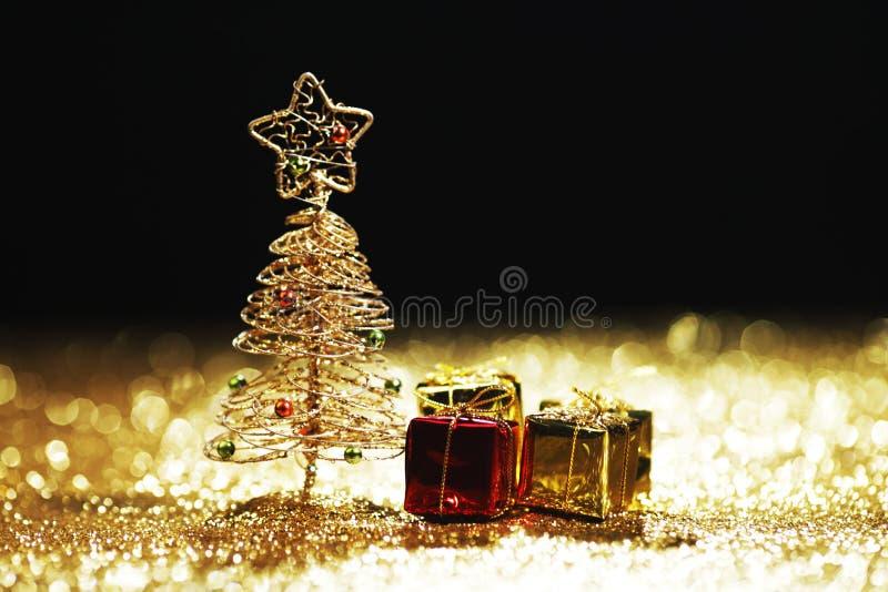 Χριστουγεννιάτικο δέντρο και δώρα στοκ φωτογραφία