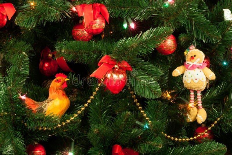 Χριστουγεννιάτικο δέντρο με έναν κόκκορα στοκ φωτογραφίες με δικαίωμα ελεύθερης χρήσης