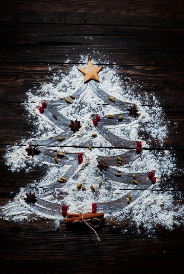 Χριστουγεννιάτικο δέντρο με τα καρυκεύματα αστεριών αλευριού, κανέλας και γλυκάνισου στοκ εικόνες
