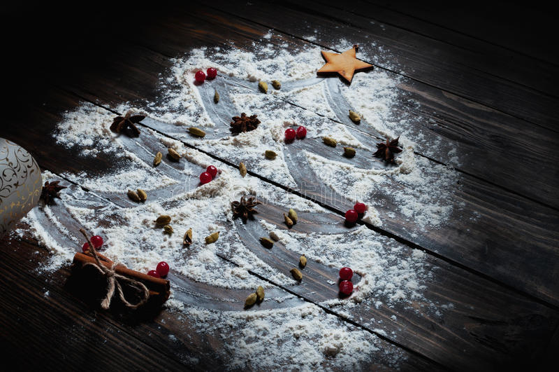 Χριστουγεννιάτικο δέντρο με τα καρυκεύματα αστεριών αλευριού, κανέλας και γλυκάνισου στοκ εικόνες με δικαίωμα ελεύθερης χρήσης
