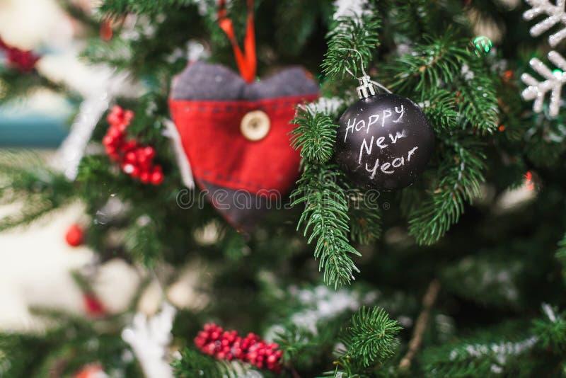 Χριστουγεννιάτικο δέντρο με τη διακοσμητική σφαίρα, καρδιά closeup στοκ φωτογραφία