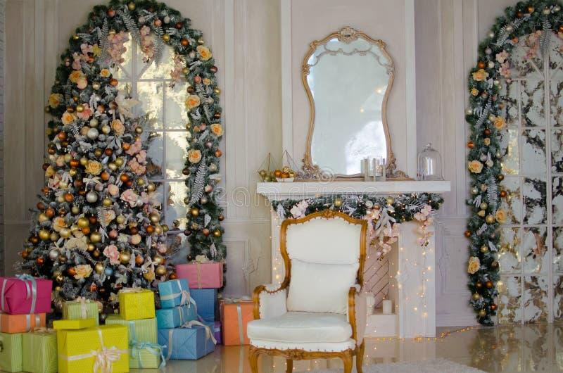 Χριστουγεννιάτικο δέντρο με τις εκλεκτής ποιότητας διακοσμήσεις στοκ φωτογραφία με δικαίωμα ελεύθερης χρήσης