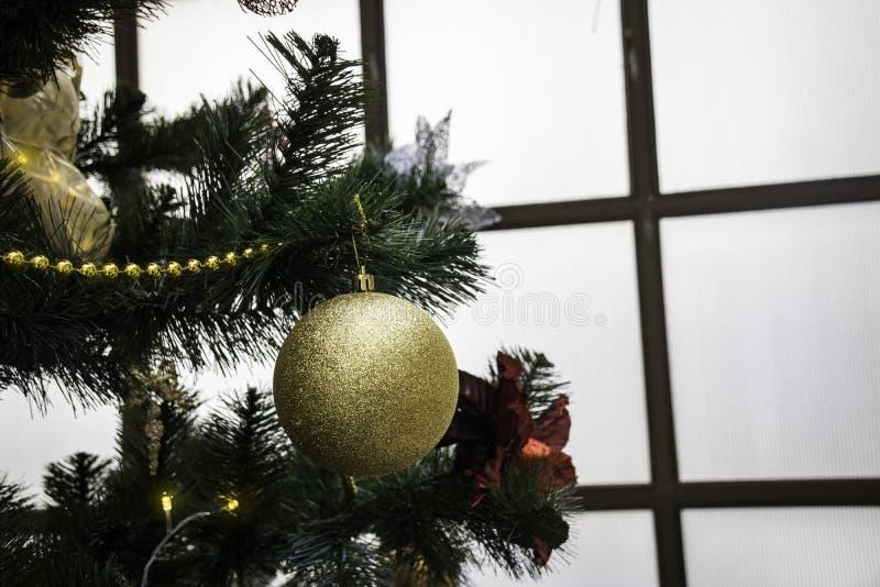 Χριστουγεννιάτικο δέντρο με τις ζωηρόχρωμες σφαίρες στοκ φωτογραφία με δικαίωμα ελεύθερης χρήσης