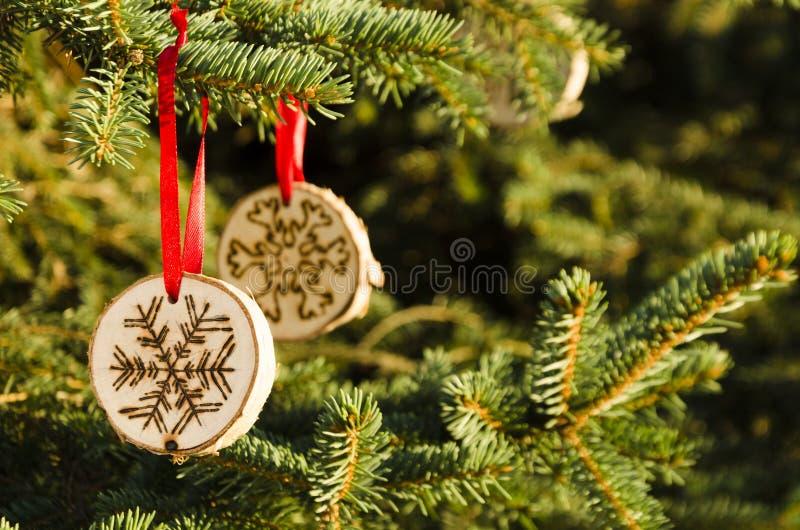 Χριστουγεννιάτικο δέντρο με τις χειροποίητες διακοσμήσεις στοκ φωτογραφία