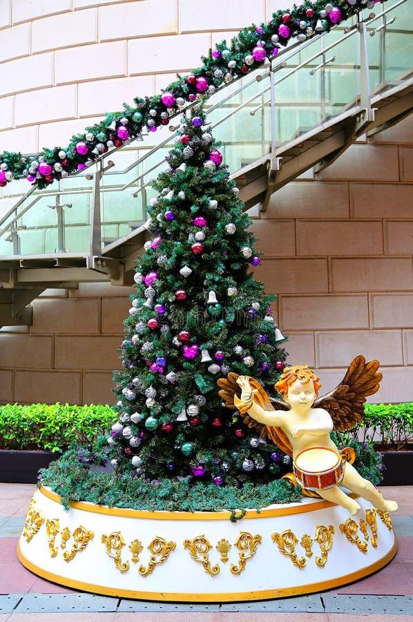 Χριστουγεννιάτικο δέντρο με το χερουβείμ στοκ εικόνα