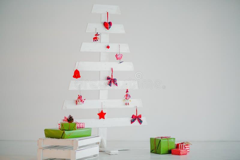 Download Χριστουγεννιάτικο δέντρο που γίνεται από τα ξηρά ραβδιά σε ξύλινο Στοκ Εικόνα - εικόνα από φύση, αδελφών: 62719895