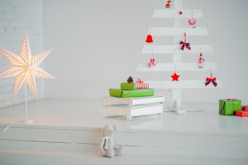 Download Χριστουγεννιάτικο δέντρο που γίνεται από τα ξηρά ραβδιά σε ξύλινο Στοκ Εικόνα - εικόνα από φως, πεύκο: 62720135