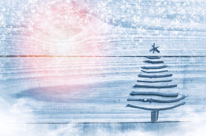Χριστουγεννιάτικο δέντρο που γίνεται από τα ξηρά ραβδιά στο ξύλινο, μπλε υπόβαθρο Χιόνι, χιόνι flaks, εικόνα ήλιων δέντρο χιονιού στοκ φωτογραφίες