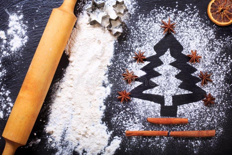 Χριστουγεννιάτικο δέντρο που γίνεται από το αλεύρι στοκ φωτογραφία με δικαίωμα ελεύθερης χρήσης