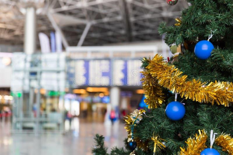 Χριστουγεννιάτικο δέντρο στον αερολιμένα και τον πίνακα πληροφοριών προγράμματος πτήσης στοκ εικόνες με δικαίωμα ελεύθερης χρήσης