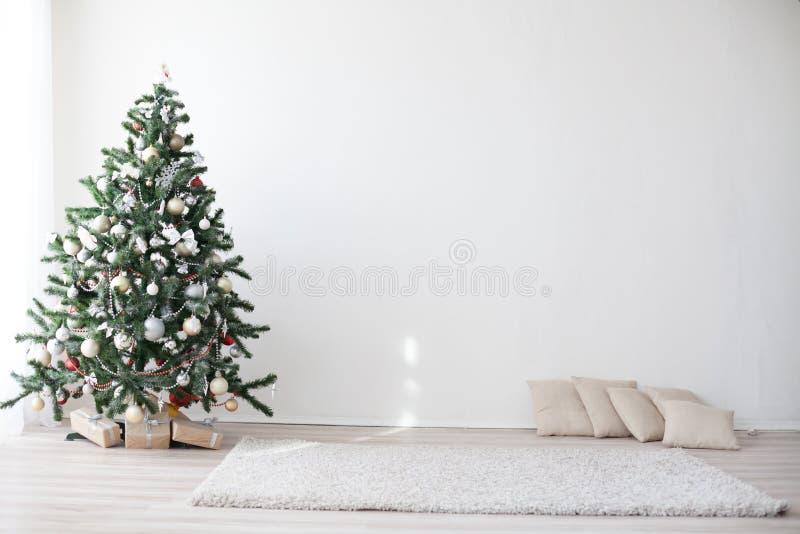 Χριστουγεννιάτικο δέντρο στο άσπρο νέο έτος δωματίων στοκ εικόνες με δικαίωμα ελεύθερης χρήσης