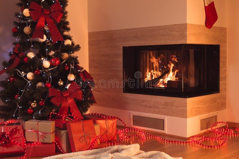 Χριστουγεννιάτικο δέντρο στο καθιστικό στοκ εικόνες