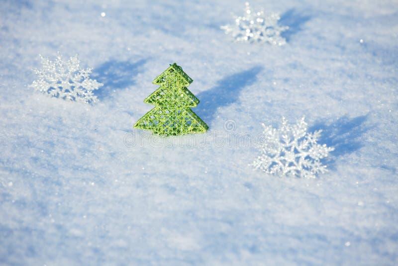 Χριστουγεννιάτικο δέντρο στο χιόνι στοκ εικόνες