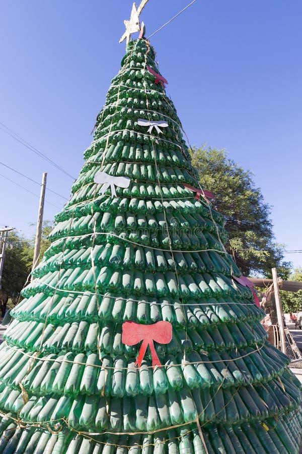 Χριστουγεννιάτικο δέντρο φιαγμένο από πράσινα ανακυκλωμένα πλαστικό μπουκάλια, Αργεντινή στοκ φωτογραφίες