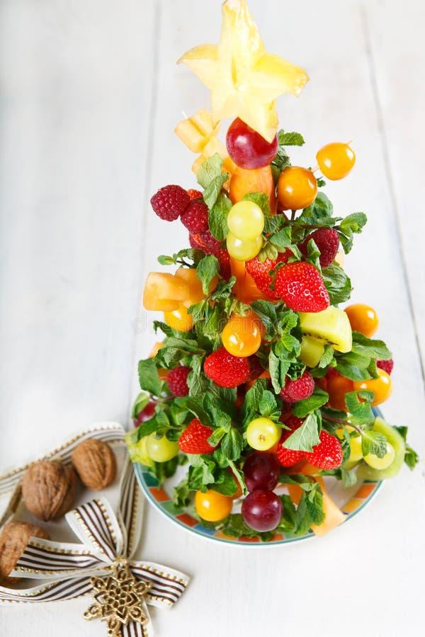 Χριστουγεννιάτικο δέντρο φρούτων με τα διαφορετικές μούρα, τα φρούτα και τη μέντα στοκ εικόνες
