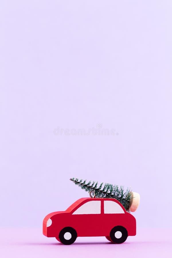 Χριστουγεννιάτικο αυτοκίνητο σε φόντο χρώματος παστέλ Ελάχιστη ιδέα για τα Χριστούγεννα ή την Πρωτοχρονιά στοκ εικόνα με δικαίωμα ελεύθερης χρήσης