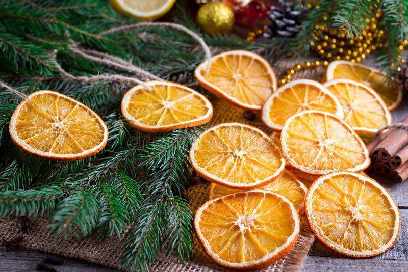 Χριστουγεννιάτικο δέντρο από τα ξηρά πορτοκάλια, τα αστέρια κανέλας και γλυκάνισου στον ξύλινους αγροτικούς πίνακα και το δέντρο  στοκ εικόνα με δικαίωμα ελεύθερης χρήσης