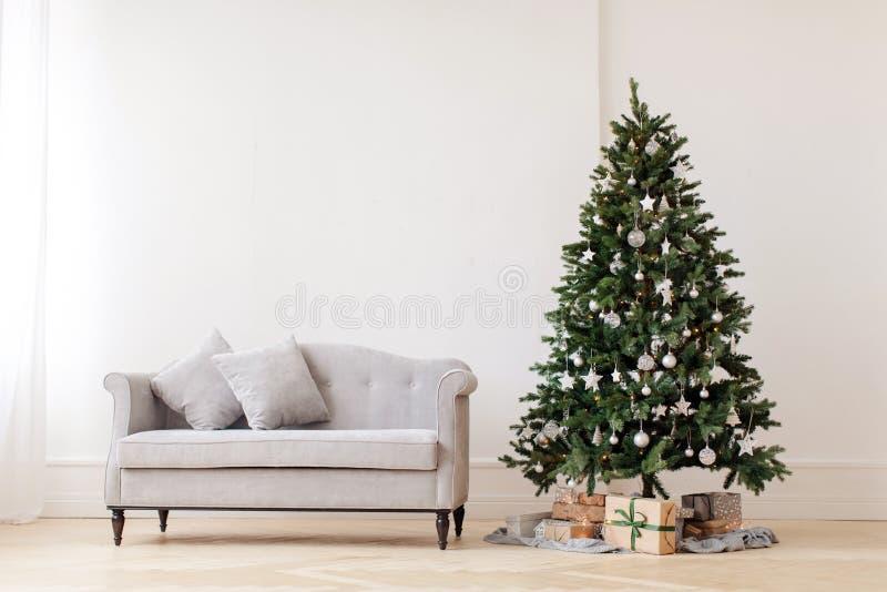 Χριστουγεννιάτικο δέντρο και γκρίζος καναπές στοκ εικόνες με δικαίωμα ελεύθερης χρήσης