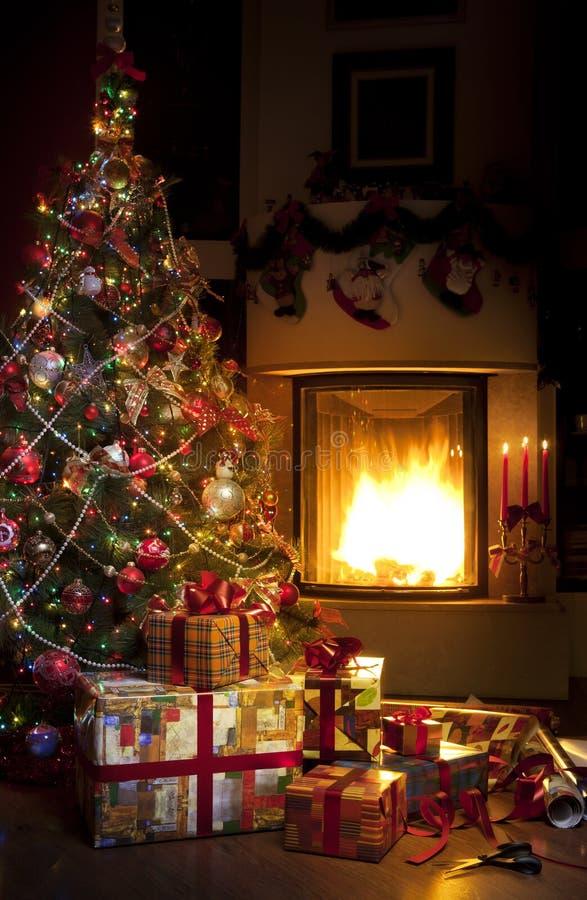 Χριστουγεννιάτικο δέντρο και δώρο Χριστουγέννων στοκ εικόνες