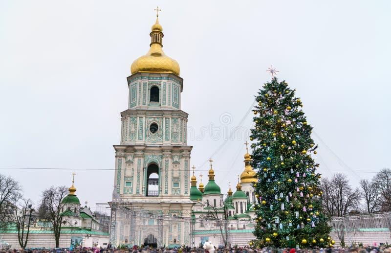 Χριστουγεννιάτικο δέντρο και καθεδρικός ναός Αγίου Sophia, μια περιοχή παγκόσμιων κληρονομιών της ΟΥΝΕΣΚΟ στο Κίεβο, Ουκρανία στοκ φωτογραφία
