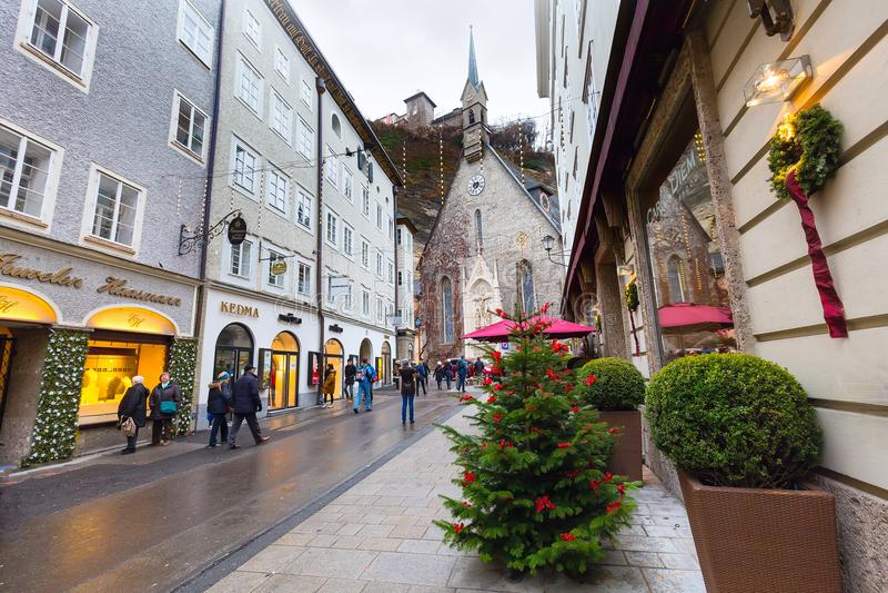 Χριστουγεννιάτικο δέντρο και οδός στο Σάλτζμπουργκ, Αυστρία στοκ φωτογραφίες με δικαίωμα ελεύθερης χρήσης