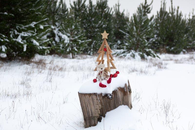 Χριστουγεννιάτικο δέντρο και χριστουγεννιάτικα στολίδια σε χιονισμένο τοπίο στοκ φωτογραφία με δικαίωμα ελεύθερης χρήσης