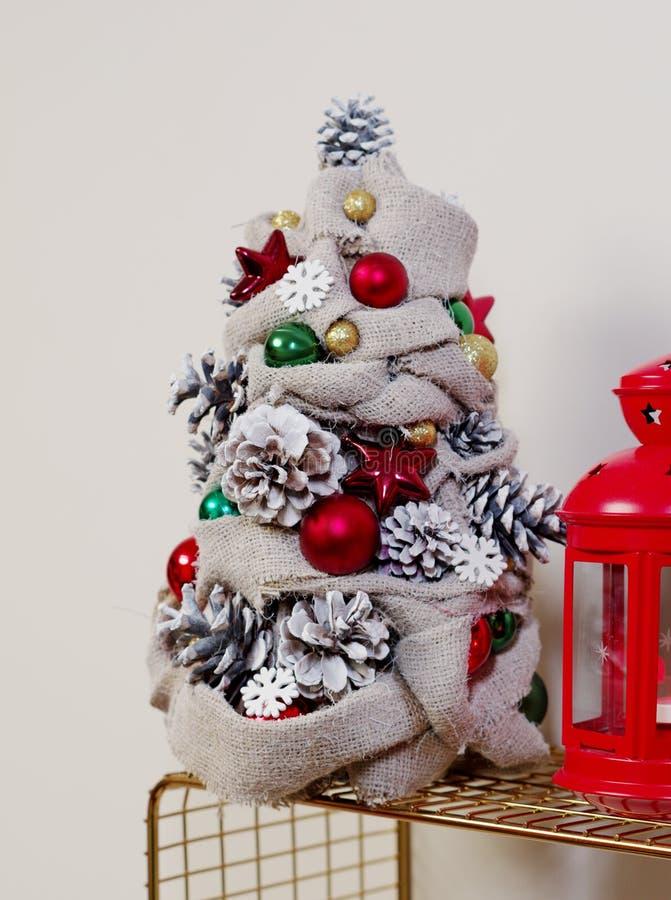 Χριστουγεννιάτικο δέντρο κατασκευασμένο από άνθη και κώνους Για την απεικόνιση του DIY Εργασία συντάκτη στοκ εικόνα