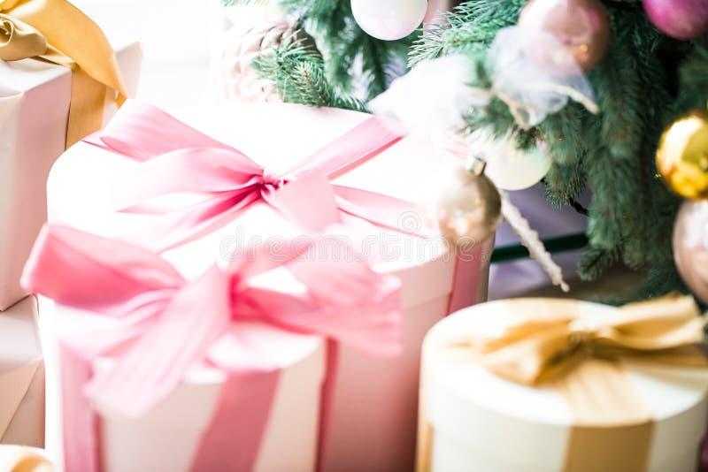 Χριστουγεννιάτικο δέντρο με τα δώρα στο καθιστικό Χριστουγέννων Το όμορφο νέο έτος διακόσμησε το κλασικό εγχώριο εσωτερικό μπλε s στοκ φωτογραφία