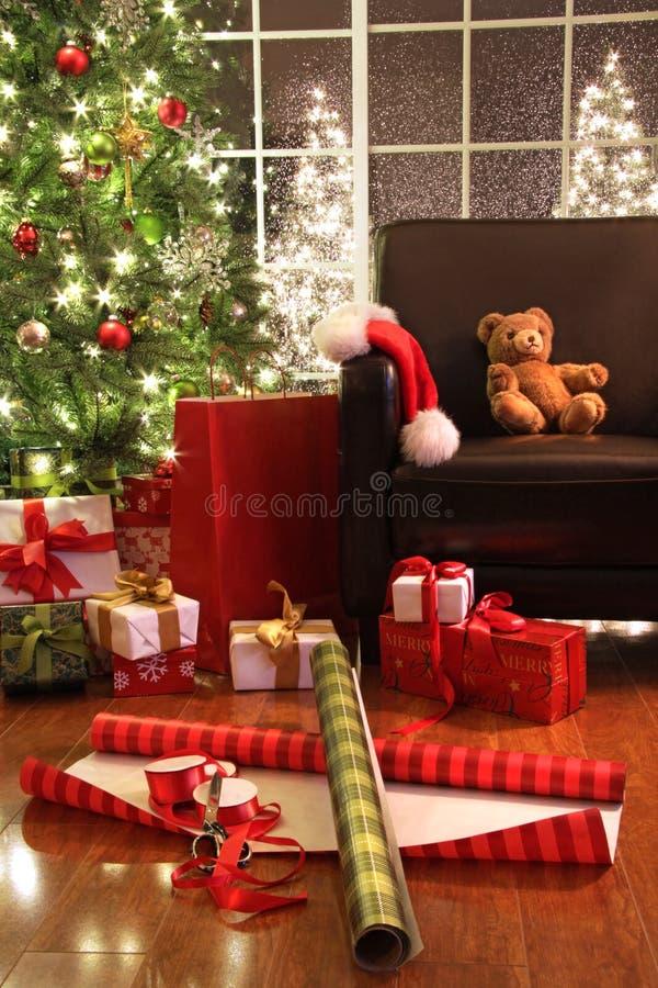 Χριστουγεννιάτικο δέντρο με τα δώρα στοκ εικόνα με δικαίωμα ελεύθερης χρήσης