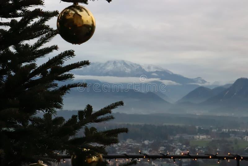 Χριστουγεννιάτικο δέντρο με την άποψη πέρα από το Σάλτζμπουργκ στοκ εικόνα