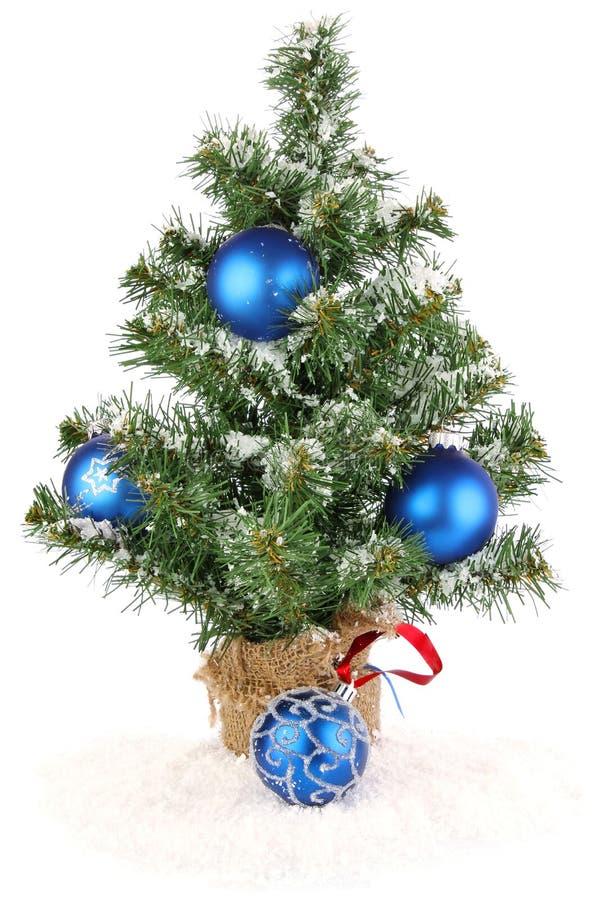 Χριστουγεννιάτικο δέντρο με την μπλε διακόσμηση στοκ εικόνα