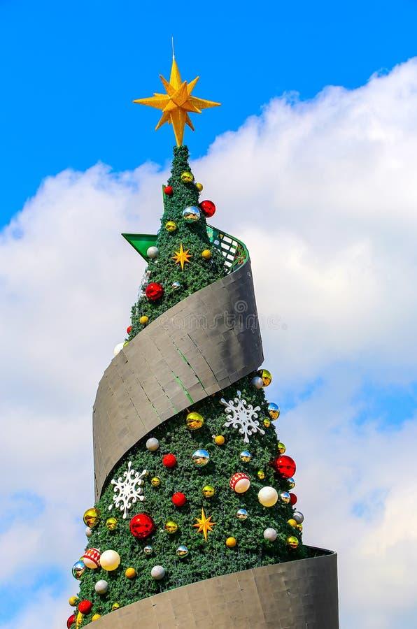 Χριστουγεννιάτικο δέντρο με τη διακόσμηση στοκ φωτογραφίες