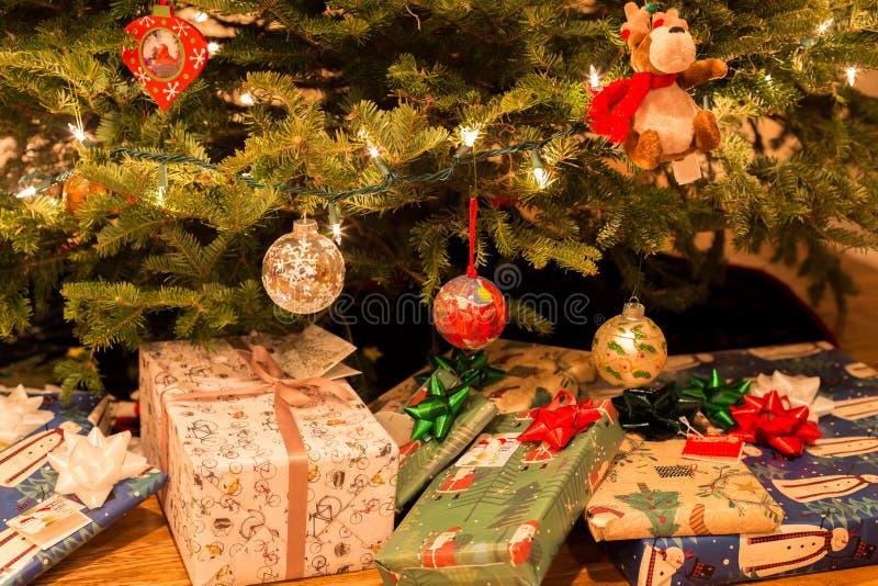 Χριστουγεννιάτικο δέντρο με τις διακοσμήσεις και παρόν κάτω από το χριστουγεννιάτικο δέντρο στοκ φωτογραφίες